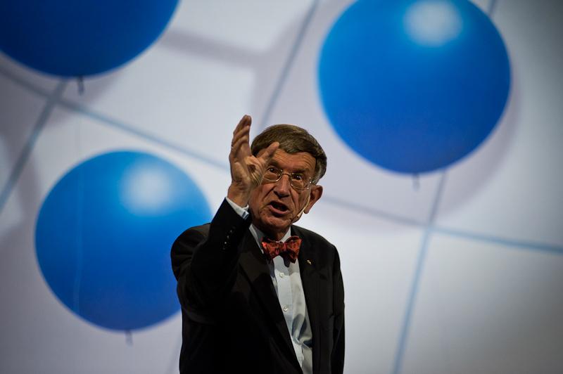 Prof. Dr. Riesenhuber / zeigend